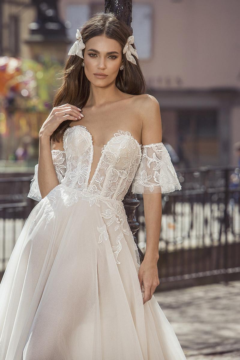 Dlaczego wciąż kochamy trend sukni ślubnych z odkrytymi ramionami?